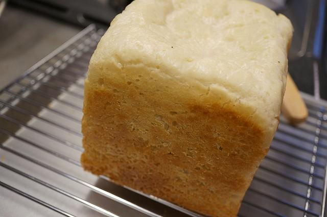 グルテンフリーのパンを手作りしている写真